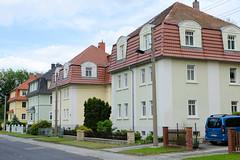 Fotos von der Stadt Löbau in der sächsischen Oberlausitz; rechteckige einstöckige Doppelhäuser mit Dachausbau in der Vorwerkstraße.