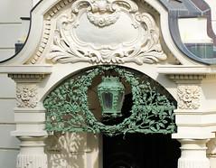 Fotos von der Stadt Löbau in der sächsischen Oberlausitz; schmiedeeisernes Eingangsdekor mit Eichenlaub und Laterne.