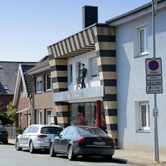 Bilder von der historischen Hansestadt Fürstenau im Landkreis Osnabrück - Bundesland Niedersachsen; eigenwillige Fassadengestaltung eines Bekleidungsgeschäftes in der Konrad Adenauer Straße.