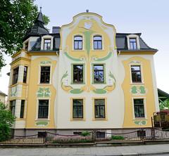 Fotos von der Stadt Löbau in der sächsischen Oberlausitz; Jugendstilvilla in der August-Bebel-Straße - aufwändige Fassadenmalerei mit Relief-Otter und fliegendem Reiher, errichtet um 1905.
