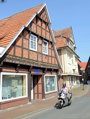 Bilder von der historischen Hansestadt Fürstenau im Landkreis Osnabrück - Bundesland Niedersachsen; alte Wohn- und Geschäftshäuser in der Bahnhofstraße.