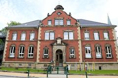 Fotos von der Stadt Löbau in der sächsischen Oberlausitz; Schulgebäude in der August-Bebel Straße, roter denkmalgeschützter Klinkerbau, errichtet 1899 - jetzt Nutzung als Kindergarten, Kinderhaus / Kita.