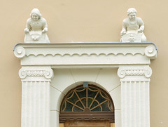 Fotos von der Stadt Löbau in der sächsischen Oberlausitz; Skulpturen über dem Eingang eines denkmalgeschützten Miethauses in der Äußeren Bautzener Straße, errichtet um 1912.