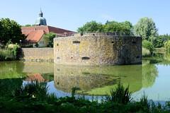 Bilder von der historischen Hansestadt Fürstenau im Landkreis Osnabrück - Bundesland Niedersachsen; Blick über den Burggraben zur restaurierten Nordbastion  vom Fürstenauer Schloss. Das Schloss Fürstenau  ist eine ehemalige Landesburg des Fürstbistu