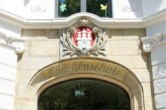 Architekturbilder aus dem Hamburger Stadtteil Eimsbüttel - Bezirk Eimsbüttel; Eingang Mädchenschule mit Hamburg Wappen - Grundschule Kielortallee.