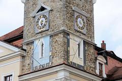 Fotos von der Stadt Löbau in der sächsischen Oberlausitz; Turmuhr am Löbauer Rathausturm - Sonnenuhr mit der Wahren Ortszeit.