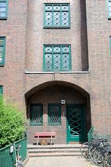 Architekturbilder aus dem Hamburger Stadtteil Eimsbüttel - Bezirk Eimsbüttel; Eingang Wohnanlage an der Bundestraße, errichet 1928 - Architekt Richard Laage.
