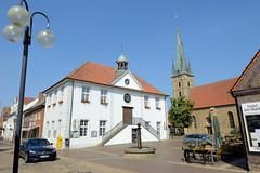 Bilder von der historischen Hansestadt Fürstenau im Landkreis Osnabrück - Bundesland Niedersachsen;  Rathausgebäude der Stadt am Markt - im Hintergrund die St. Georgkirche.