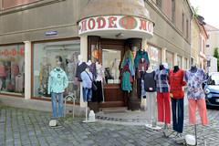 Fotos von der Stadt Löbau in der sächsischen Oberlausitz; Eckhaus - Modegeschäft mit Modefiguren auf dem Fussweg am Bankgäßchen.