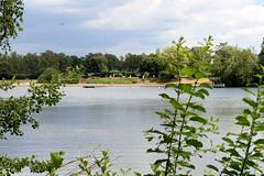 Fotos aus dem Hamburger Stadtteil Tonndorf - Bezirk Hamburg Wandsbek; Blick über den Ostender Teich zum Freibad Ostende.