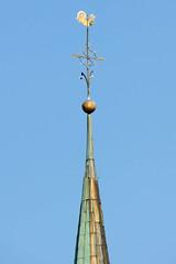 Bilder von der historischen Hansestadt Fürstenau im Landkreis Osnabrück - Bundesland Niedersachsen; Turmspitze mit Hahn als Wetterfahne. Das Kirchengebäude  der St. Georg Kirche stammt ursprünglich aus spätgotischer Zeit - 1899 wurde der neugotische