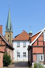 Bilder von der historischen Hansestadt Fürstenau im Landkreis Osnabrück - Bundesland Niedersachsen; Blick durch die Kleine Straße zum Rathaus und Kirchtum der St. Georg Kirche.