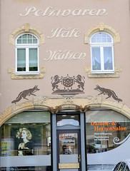 Fotos von der Stadt Löbau in der sächsischen Oberlausitz; alte Fassadenbeschriftung eines Geschäftes mit Pelzwaren, Hüten u. Mützen am Nikolaiplatz - jetzt ein Damen und Herrensalon.