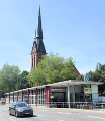 Architekturbilder aus dem Hamburger Stadtteil Eimsbüttel - Bezirk Eimsbüttel; Eingang / Zugangsgebäude der U-Bahnstation Christuskirche - Architektur der 1950er Jahre. Im Hintergrund der Kirchturm der Christuskirche.