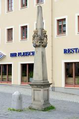 Fotos von der Stadt Löbau in der sächsischen Oberlausitz; Postmeilensäule am Promenadenring - rekonstruiert 1993.