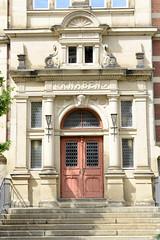 Fotos von der Stadt Löbau in der sächsischen Oberlausitz; Eingang der Heinrich Pestalozzi Schule - historischer Kanbeneingang.