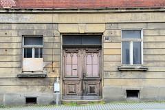 Fotos von der Stadt Löbau in der sächsischen Oberlausitz;  alter Hauseingang mit verblichener Fassadenbeschriftung in der Äußeren Bautzer Straße.