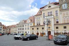 Fotos von der Stadt Löbau in der sächsischen Oberlausitz; historische Architektur am Altmarkt - re. das Rathaus, errichtet nach 1711 - Turm aus dem 15. Jahrhundert.