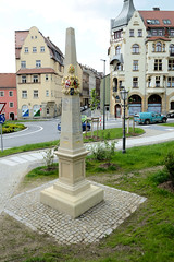 Fotos von der Stadt Löbau in der sächsischen Oberlausitz; historische Postmeilensäule / Postdistanzsäule am Neumarkt.