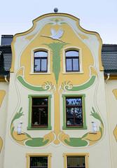 Fotos von der Stadt Löbau in der sächsischen Oberlausitz; denkmalgeschützte Jugendstilfassade eines Wohnhauses in der August-Bebel-Straße - aufwändige Fassadenmalerei mit Relief-Otter und fliegendem Reiher, errichtet um 1905.