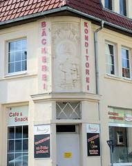 Fotos von der Stadt Löbau in der sächsischen Oberlausitz; Fassadenrelief von 1927  einer Bäckerei - gegründet 1898 in der Breitscheidstraße.