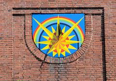Bilder von der historischen Hansestadt Fürstenau im Landkreis Osnabrück - Bundesland Niedersachsen;  bunte, farbige Windrose als Sonnenuhr an der Fassade der alten Volksschule in der Bahnhofstraße.