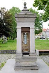 Fotos von der Stadt Löbau in der sächsischen Oberlausitz; Wettersäule / Wetterhäuschen am Promenadenring - genannt Humboldtsäule, errichtet 1889.