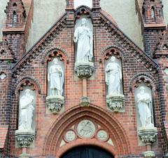 Fotos von der Stadt Löbau in der sächsischen Oberlausitz; Eingang mit Skulpturen.