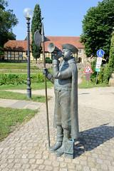 Bilder von der historischen Hansestadt Fürstenau im Landkreis Osnabrück - Bundesland Niedersachsen; Bronzeskulptur des Fürstenauer Cojohns / Nachtwächter vor dem Fürstenauer Schlossareal. Die Bronzeplastik  wurde 2015 aufgestellt - Bildhauerin Annet