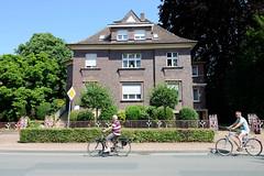 Bilder von der historischen Hansestadt Fürstenau im Landkreis Osnabrück - Bundesland Niedersachsen; expressionistische Backsteinvilla mit Dekor- Metallzaun an der Bahnhofstraße.