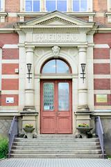 Fotos von der Stadt Löbau in der sächsischen Oberlausitz; Eingang der Heinrich Pestalozzi Schule - historischer Mädcheneingang.