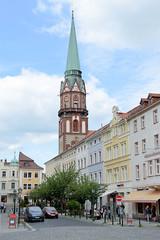 Fotos von der Stadt Löbau in der sächsischen Oberlausitz; Blick in die Nikolaistraße zum Kirchturm der St. Nikolai Kirche.