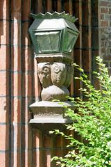 Architekturbilder aus dem Hamburger Stadtteil Eimsbüttel - Bezirk Eimsbüttel; Lampe mit Terrakotta-Eulen. Denkmalgeschütztes Mehrfamilienhaus an der Schlankrey. Der Klinkerblock wurde 1928 errichtet, Architekten Berg & Paasche.