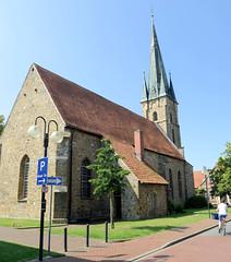 Bilder von der historischen Hansestadt Fürstenau im Landkreis Osnabrück - Bundesland Niedersachsen; Kirchenschiff und Turm der St. Georg Kirche. Das Kirchengebäude stammt ursprünglich aus spätgotischer Zeit - 1899 wurde der neugotische Westturm erri