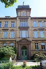 Architekturbilder aus dem Hamburger Stadtteil Eimsbüttel - Bezirk Eimsbüttel; Fassade / Ansicht der ehem. Bismarkschule - heute Nutzung durch das Helene-Lange-Gymnasium. Die damalige Volksschule wurde 1902 errichtet.