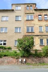 Fotos von der Stadt Löbau in der sächsischen Oberlausitz; Doppelhaus mit verputzter Fassade und freigelegten Ziegelsteinen in der Dehsaer Straße.