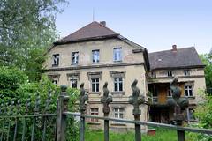 Fotos von der Stadt Löbau in der sächsischen Oberlausitz; leerstehendes altes mehrstöckiges Wohnhaus mit Metallzaun in der Herwigsdorfer Straße.