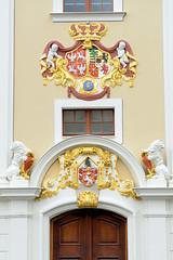 Fotos von der Stadt Löbau in der sächsischen Oberlausitz; Wappendekor an der Fassade vom Rathaus am Alten Markt - errichtet nach 1711.