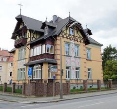 Fotos von der Stadt Löbau in der sächsischen Oberlausitz; Villa Daheim - Klinkerbau mit Schmuckfachwerk - Fassade mit floralem Relief, Putte und Schriftzug Daheim in der August Bebel Straße - errichtet 1900.