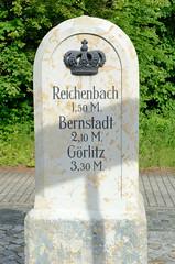 Fotos von der Stadt Löbau in der sächsischen Oberlausitz; historischer Meilenstein an der Bahnhofstraße, errichtet 1859 - weist auf die Entfernung nach Reichenbach, Bernstadt und Görlitz hin.
