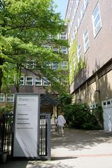 Architekturbilder aus dem Hamburger Stadtteil Eimsbüttel - Bezirk Eimsbüttel; Eingang der Beruflichen Schule für Wirtschaft / GSW an der Schlankreye.