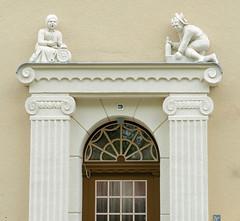 Fotos von der Stadt Löbau in der sächsischen Oberlausitz; Figurenschmuck über dem Eingang eines denkmalgeschützten Miethauses in der Äußeren Bautzener Straße, errichtet um 1912.