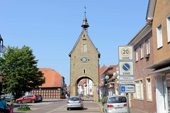 Bilder von der historischen Hansestadt Fürstenau im Landkreis Osnabrück - Bundesland Niedersachsen; Blick durch die Straße Buten Porten auf das Hohe Tor, dem ehemaligen Stadttor der Stadtbefestigung.