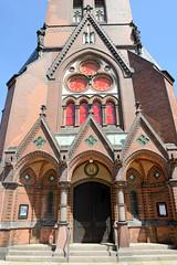 Architekturbilder aus dem Hamburger Stadtteil Eimsbüttel - Bezirk Eimsbüttel; Eingang der Christuskirche. Das Kirchengebäude wurde 1884 nach einem Entwurf des Berliner Architekten Johannes Otzen im Stil der Neugotik erbaut - im Krieg zerstört und in