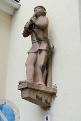 Fotos von der Stadt Löbau in der sächsischen Oberlausitz; Steinskulptur Flötenspieler an der Inneren Bautzener Straße.