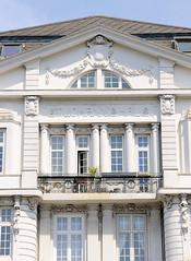 Architekturbilder aus dem Hamburger Stadtteil Eimsbüttel - Bezirk Eimsbüttel; Detail, Fassadenschmuck - Mehrfamilienhaus an der Schäferkampsallee. Das unter Denkmalschutz stehende Wohnhaus wurde 1908 errichtet - Architekt R. Wagner.
