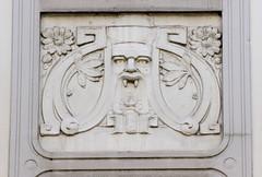 Architekturfotos aus dem Hamburger Stadtteil Eimsbüttel - Bezirk Eimsbüttel; Jugendstilrelief - Maskeron mit Vampirzähnen / Reisszähnen.