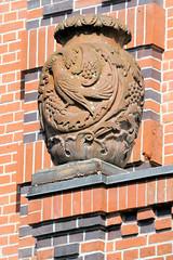 Architekturfotos aus dem Hamburger Stadtteil Eimsbüttel - Bezirk Eimsbüttel; Dekorelement / Vase - ehem. Volksschule in der Lutterothstraße - errichtet 1912 - Architekten Schumacher, Maetzel, Albert.