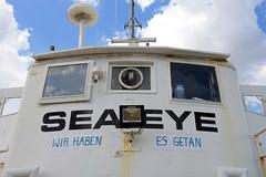 """Das ehem. Rettungsschiff  Sea-Eye hat am Lotsenkanal im Hafen von Hamburg Harburg festgemacht; Kommandobrücke / Schiffsbrücke mit Schiffsnamen und Schriftzug """"Wir haben es getan""""."""