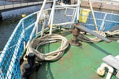 Das ehem. Rettungsschiff  Sea-Eye hat am Lotsenkanal im Hafen von Hamburg Harburg festgemacht; Heck des Schiffs mit Notruder, das manuell mit Flaschenzügen betätigt werden kann.
